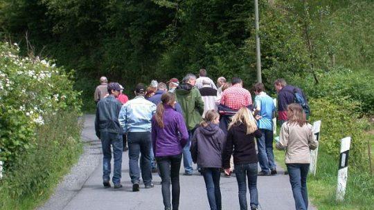 Auf dem Weg zum Dorfplatz (Familien- und Helfertag 2009)